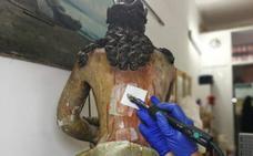 Hallan en Burgos un mensaje del siglo XVIII oculto en las nalgas de una talla de un Cristo