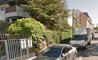 Un hombre de 50 años muere seccionado por la puerta corredera de un garaje