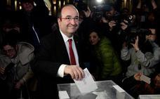 Los candidatos votan: «Hoy puede ser el principio de la solución»