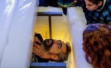 Un escapista español bate el récord mundial de magia extrema al aguantar 4 horas en un sarcófago de hielo