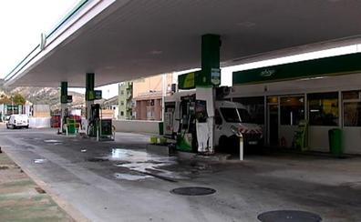 Mueren dos chicos al chocar contra una gasolinera e incendiarse su coche
