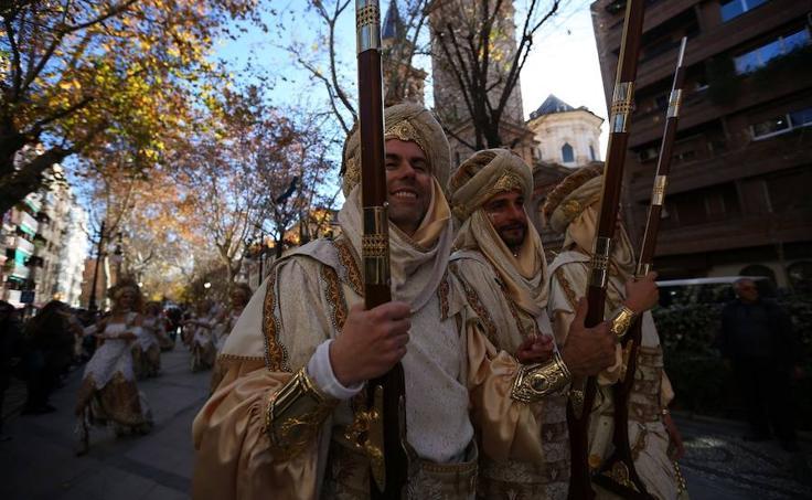 Desfile de moros y cristianos en el Día de la Toma de Granada