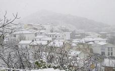 La nieve deja coches 'varados' y hasta 8 cm de nieve sin heridos