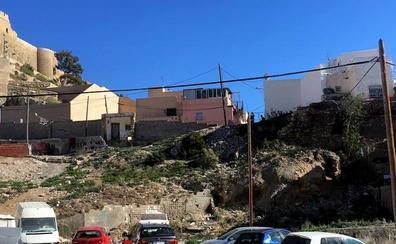 Advierten del riesgo desprendimientos en el muro junto al torreón de Pescadería