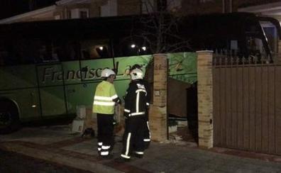Un autobús se empotra contra un chalet al sufrir un síncope su conductor