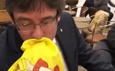 Puigdemont besa una bandera de España en Copenhague tras ser increpado por un joven