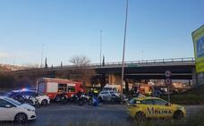 Un hombre pierde el conocimiento en el coche y se estrella con la mediana de El Serrallo