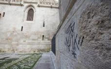 La Policía Local investiga dos pintadas en paredes recién restauradas junto a la Catedral