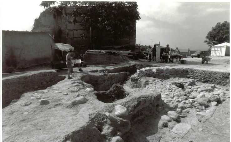 Imágenes de los restos de muralla encontrados en la construcción de la Mezquita del Albaicín en 1997