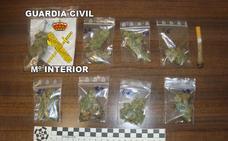 Detenido un joven por vender droga a las puertas de un colegio de Torreperogil