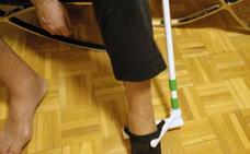 Expertos de la UJA patentan un dispositivo que permite a las personas mayores colocarse los calcetines sin inclinarse