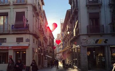 San Valentín tiñe de rojo los escaparates y las calles de Granada