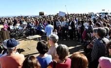 Salvemos Las Salinas 'abraza' el paraje para salvarlo del ladrillo