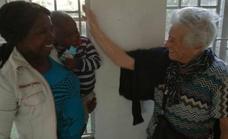 Irma, la abuela de 93 años que ha viajado a Kenia para ayudar en un orfanato