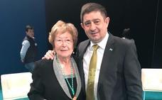 Reyes felicita a la jienense Pilar Palazón tras recoger la Medalla de Andalucía