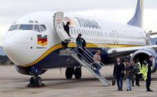 """""""Dos maricones no entran en mi avión"""": denuncian que Ryanair les impidió volar en Madrid"""