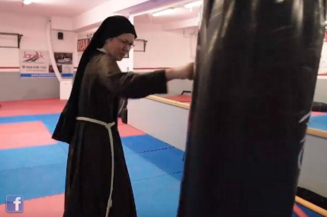 Así se preparan las monjas boxeadores de Polonia