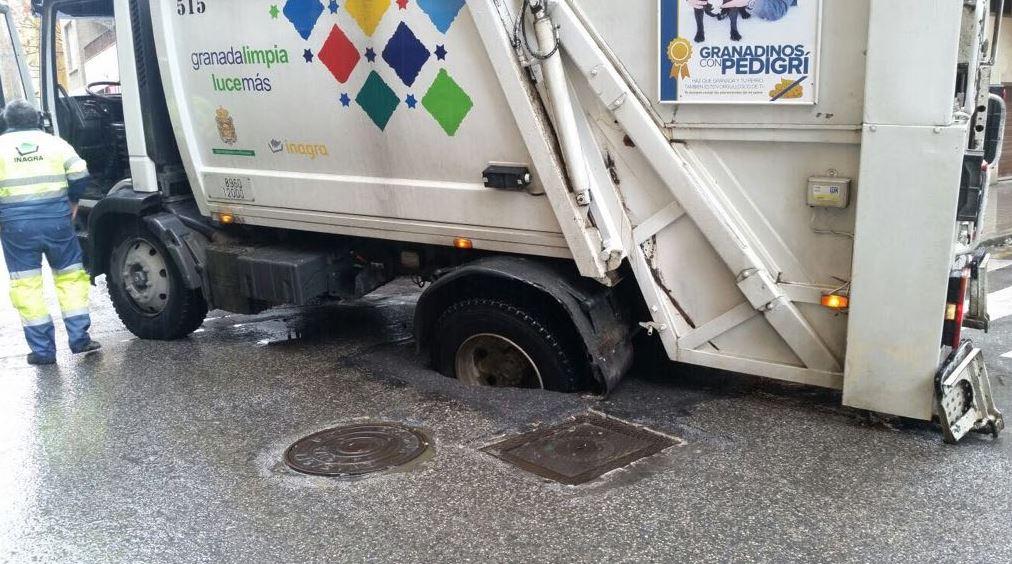 Cortada una calle en pleno centro de Granada tras quedarse 'encajado' en la carretera un camión de Inagra