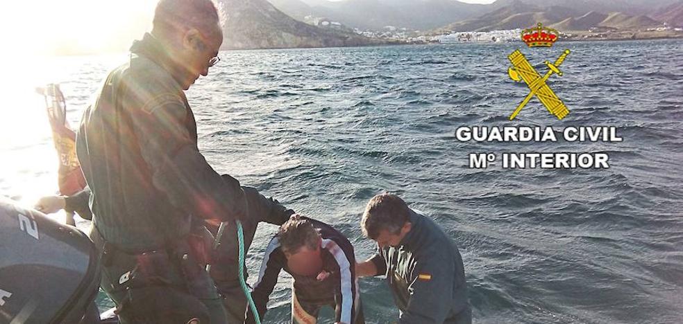 La Guardia Civil que busca a Gabriel rescata a un windsurfista a la deriva en Rodalquilar