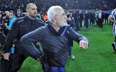 Orden de captura contra el presidente del PAOK por bajar con una pistola al campo