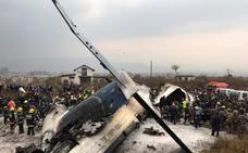 Al menos 50 muertos tras estrellarse un avión con 71 personas a bordo en el aeropuerto de Katmandú