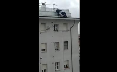 Dos policías evitan que una mujer se tire desde una azotea en Sevilla