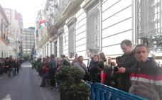 Colas multitudinarias en Almería para la capilla ardiente de Gabriel