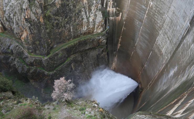 Tres embalses empiezan a soltar agua tras las lluvias más intensas en cinco años