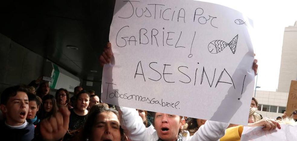 Ana Julia, ocho horas en los juzgados y una multitud al grito de «¡asesina!»