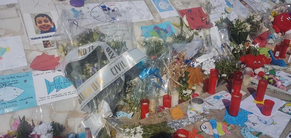 La UCO deja un ramo de flores en el monumento improvisado a Gabriel antes de volver a Madrid