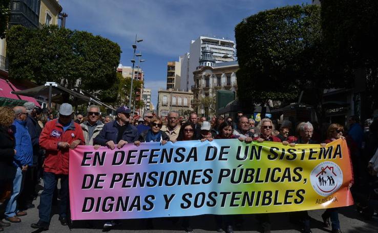 """Más de 10.000 personas marchan en Almería por unas pensiones """"dignas"""""""