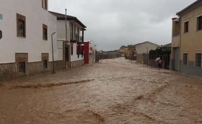 Desalojan a los vecinos de los Puentes por riesgo de desbordamiento del río