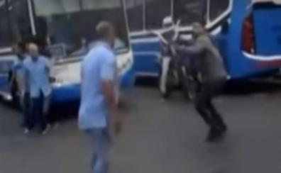 Brutal pelea entre conductores de autobuses y ciclistas
