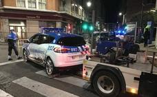 Un conductor irrumpe en una procesión, arrolla varias vallas y se estrella contra un coche de Policía
