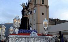 La Hermandad del Santísimo Sacramento y Cofradía de Jesús Nazareno de Órgiva procesiona la imagen de Jesús con la Cruz a Cuestas