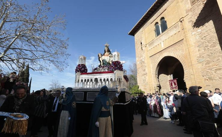 La cofradía de la Alhambra desfila por la capital