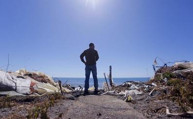 Costas investigará quién ha tirado los plásticos en la playa de Albuñol