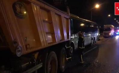 Espectacular accidente entre un autobús de pasajeros y un camión en plena autovía