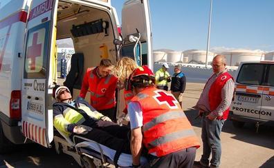 Dispositivos de emergencia reaccionan ante un 'falso' vertido de gasoil en el puerto