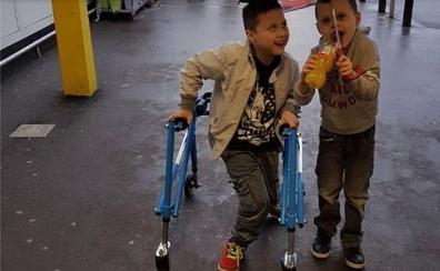 Robaron la silla de ruedas a su hijo y consigue una nueva gracias a las redes sociales