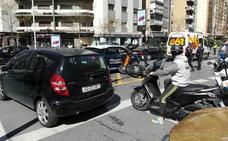 Una persona herida tras una colisión entre una moto y un coche de la Policía Nacional en Granada