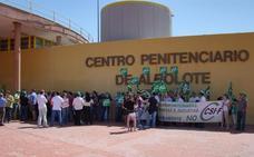 Se encierran en la cárcel de Albolote para pedir el mismo salario que en Cataluña