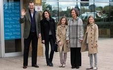 Ya es real la foto 'imposible' de doña Sofía y sus nietas: las tres cariñosas y sonrientes
