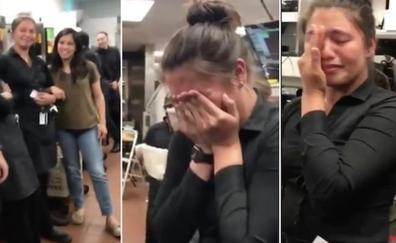 El emotivo gesto de sus compañeros: le regalan un vuelo para visitar a su familia tras 6 años sin verlos