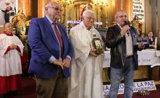 Carboneros entrega 300 litros de aceite al Padre Ángel a través de la iniciativa 'El aceite de la vida'