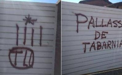 Pintadas independentistas en la casa del periodista Tomás Guasch: «Payaso de Tabarnia»