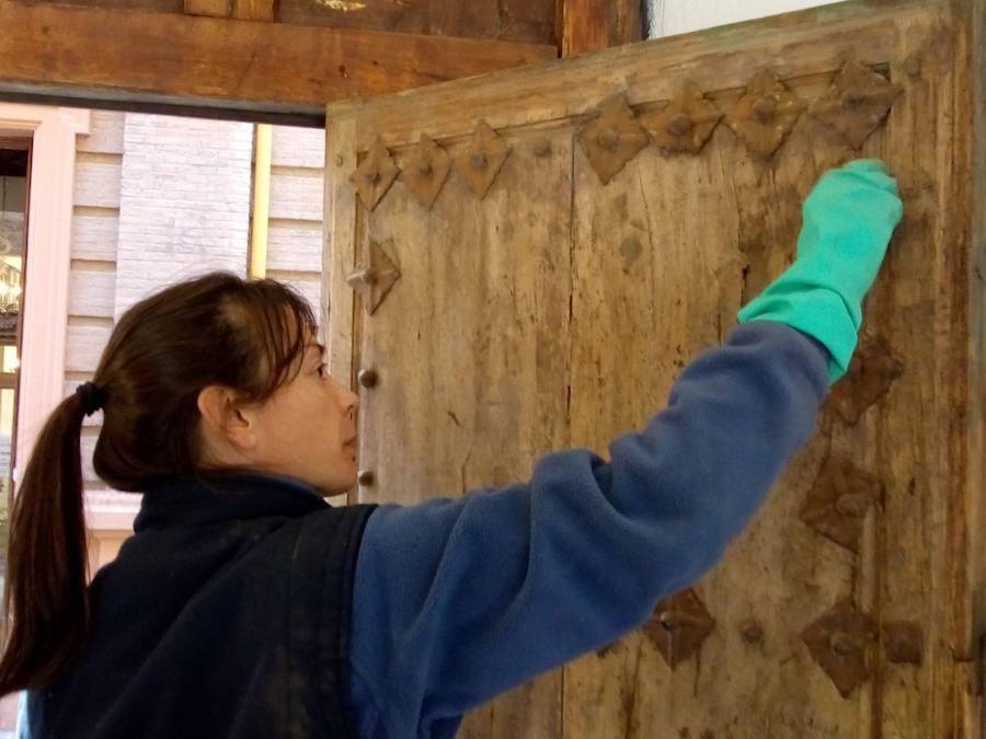 Así se restauran escudos, puertas y ventanas de más de 500 años en el TSJA