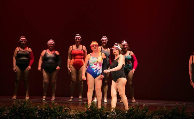 La asociación de mujeres operadas de cáncer de mama celebra su desfile anual de bañadores adaptados
