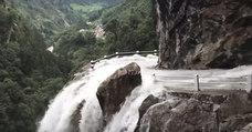 ¿Pasarías por esta peligrosa carretera en medio de una cascada?