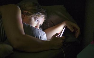 Expertos avisan del peligro de la luz del móvil por la noche: puede provocar cáncer